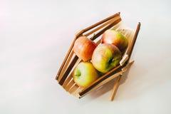 Натюрморт с пуком яблок и корзины Стоковое Изображение