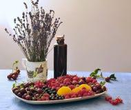 Натюрморт с разнообразием лаванды ягод и плодоовощей стоковое изображение rf