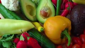 Натюрморт с различными свежими органическими овощами видеоматериал
