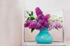 Натюрморт с сиренью цветет в бирюзе вазы помещенной на деревянной предпосылке Стоковые Фотографии RF