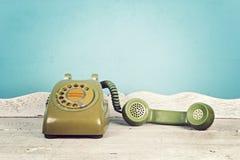 Натюрморт с старым зеленым телефоном на деревянном столе, роторном телефоне стоковые фотографии rf