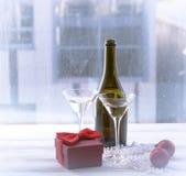 Натюрморт с 2 стеклами, бутылкой, и украшениями рождества Стоковая Фотография