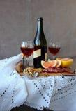Натюрморт с стеклами вина и бутылки вина Стоковая Фотография