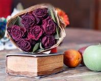 Натюрморт с сухими розами стоковые изображения