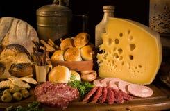 Натюрморт с сыром, итальянским салями, разными видами хлеба, оливками, etc стоковое фото rf