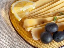 Натюрморт с сыром, оливками и лимоном Стоковое Фото
