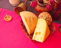 Натюрморт с сыром, хлебом мозоли и сухими розами Стоковая Фотография RF