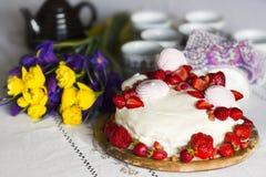 Натюрморт с тортом с взбитыми сливк, клубникой и зефиром стоковые фотографии rf