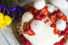 Натюрморт с тортом с взбитыми сливк, клубникой и зефиром стоковая фотография