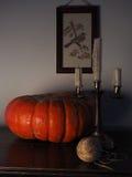 Натюрморт с тыквой и подсвечником Стоковая Фотография RF