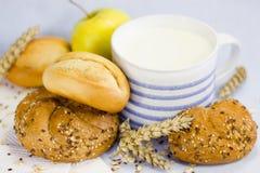 Натюрморт с хлебом, плодоовощами и кружкой Стоковые Фото