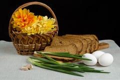 Натюрморт с хлебом рож, зелеными луками и яичками Стоковая Фотография RF