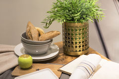 Натюрморт с хлебцами, Яблоко, цветок на таблице Стоковые Фото