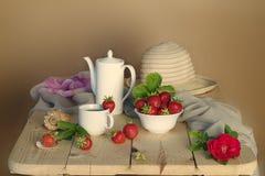 Натюрморт с цветками и ягодами Стоковое Фото