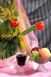 Натюрморт с цветками, красным вином и плодоовощами Стоковые Изображения RF