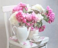 Натюрморт с чаем и пионами Стоковые Изображения RF