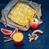 Натюрморт с яблоком, грейпфрутом, корнем имбиря, чаем кокоса и яблочным пирогом с циннамоном Стоковые Фото