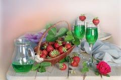 Натюрморт с ягодами и пить в кухне Стоковые Фотографии RF