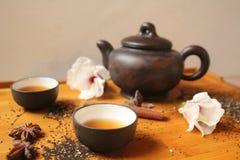 Натюрморт - традиционные бак чая и чашки чая с цветками гибискуса Стоковое Изображение RF