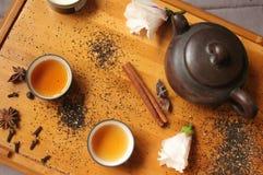 Натюрморт - традиционные бак чая и чашки чая с цветками и специей гибискуса Стоковые Изображения RF