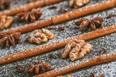 Натюрморт циннамона, анисовки звезды и грецкого ореха на волшебном празднике рождества на деревянной предпосылке Стоковое фото RF