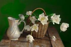 Натюрморт daffodils весны в корзине Стоковое фото RF