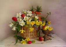 Натюрморт daffodils весны в корзине Стоковое Изображение