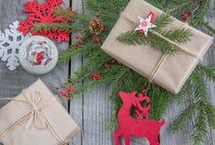 Натюрморт handmade хворостин, подарок рождества, северный олень, снежинки, игрушки Стоковые Фото