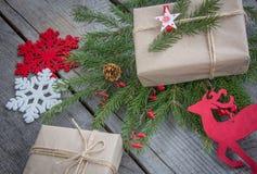 Натюрморт handmade хворостин, подарок рождества, северный олень, снежинки, игрушки Взгляд сверху Стоковое фото RF