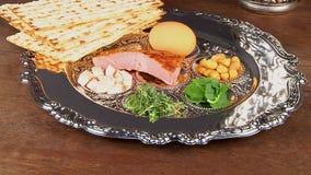 Натюрморт Pesach с хлебом еврейской пасхи вина и matzoh еврейским сток-видео
