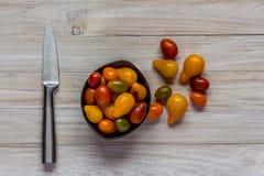 Натюрморт ` s томата храня кружку и нож стоковое изображение