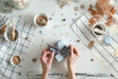 Натянутый лук женщины внутри на подарке на рождество с голубой лентой Принципиальная схема праздника Взгляд сверху Стоковые Фото