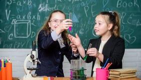 Наука биологии Счастливые маленькие девочки Маленькие девочки в лаборатории школы Наука будущая Исследование химии Маленькие дево стоковое фото rf