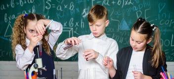 Наука исследовать стоимости Микроскоп лаборатории и испытывая трубки эксперименты по биологии с микроскопом Ученый маленьких ребя стоковая фотография