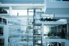 Наука и бизнесмены в футуристическом современном офисе Стоковая Фотография RF