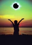 Научное естественное явление Полное солнечное затмение с glowi влияния кольца с бриллиантом Стоковое фото RF