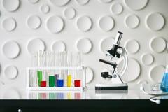 Научное оборудование на лаборатории стоковое изображение rf