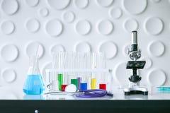 Научное оборудование на лаборатории стоковые фото