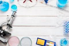 Научные оборудования школы распространенные на белом столе Стоковые Изображения