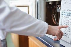 Научный работник используя печь камеры лаборатории Стоковые Фото
