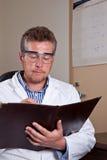 Научный работник исследует результаты теста Стоковые Фотографии RF