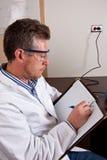 Научный работник исследует результаты теста Стоковые Изображения RF