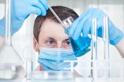 Научный работник лаборатории работая на лаборатории с пробирками Стоковые Фото