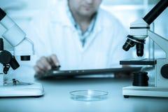 Научный работник работая в лаборатории Стоковое Изображение