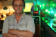 Научный работник с стеклянным представлением в его лабораторию стоковая фотография rf