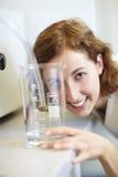 научный работник чашки измеряя Стоковое фото RF