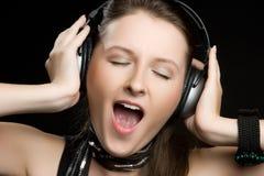 наушники девушки пея Стоковая Фотография RF