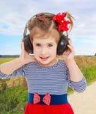 наушники девушки слушают нот к Стоковые Изображения RF