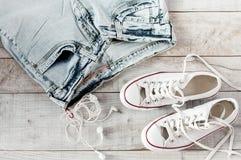 Наушники, джинсы, gumshoes Стоковые Фотографии RF