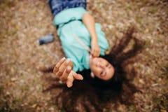 Наушники закрывают вверх в взгляд сверху антенны рук девушки Стоковые Фотографии RF